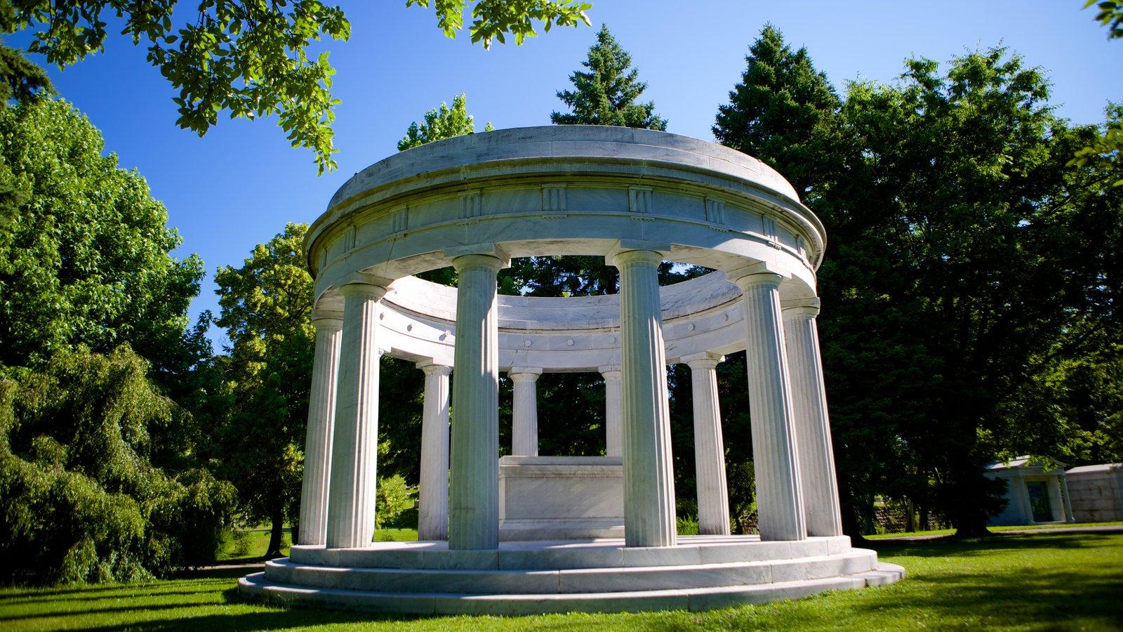 Forest Lawn Cemetery caracterizando um cemitério e elementos de patrimônio