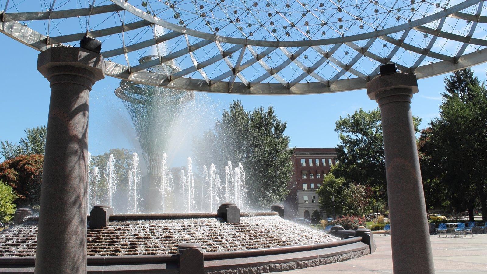 Council Bluffs que incluye un parque o plaza y una fuente