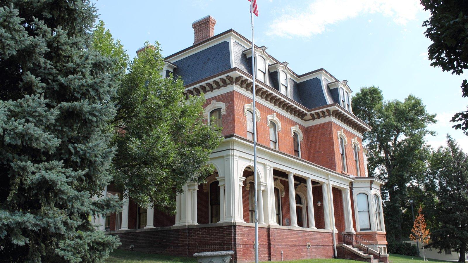 Council Bluffs mostrando una casa y un edificio administrativo