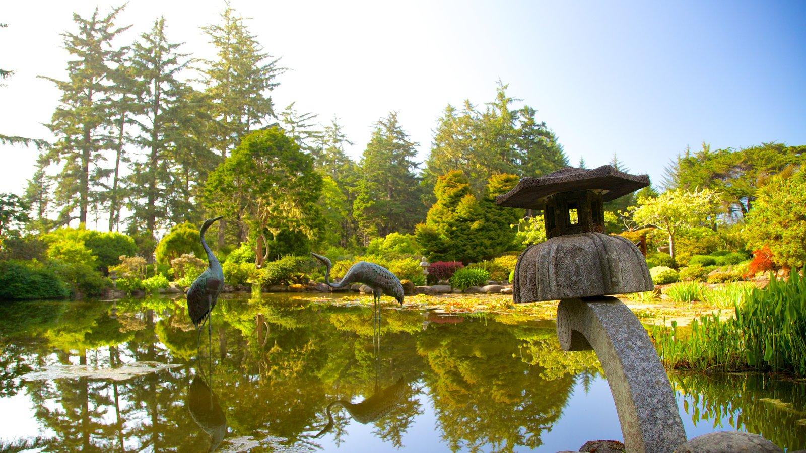Parque estatal Shore Acres ofreciendo una estatua o escultura y un estanque