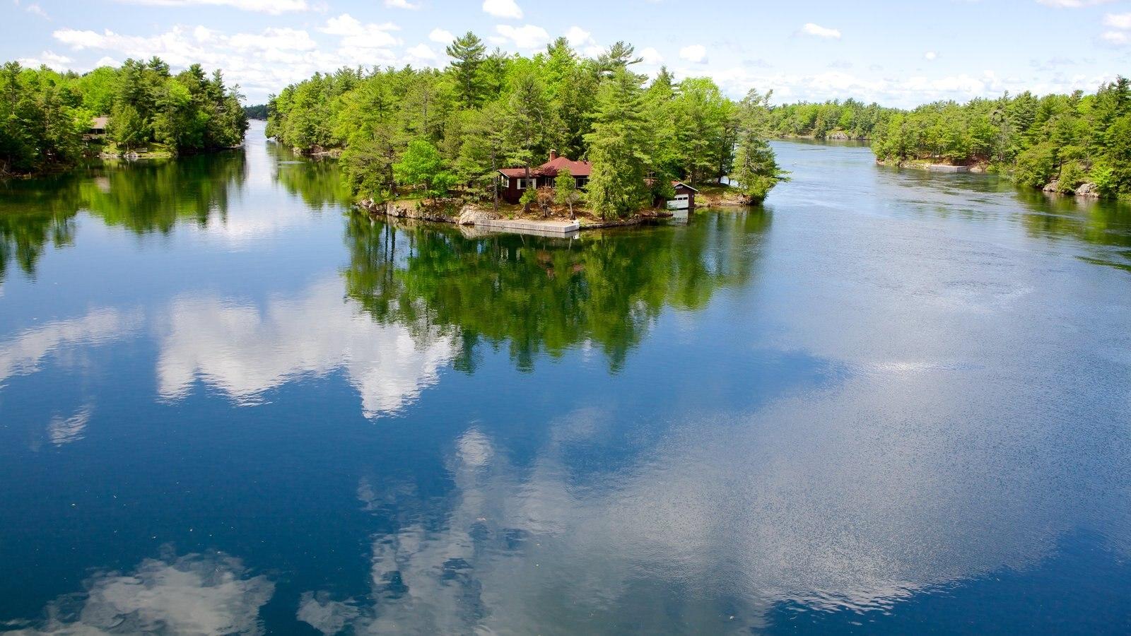 St. Lawrence Islands National Park mostrando um lago ou charco