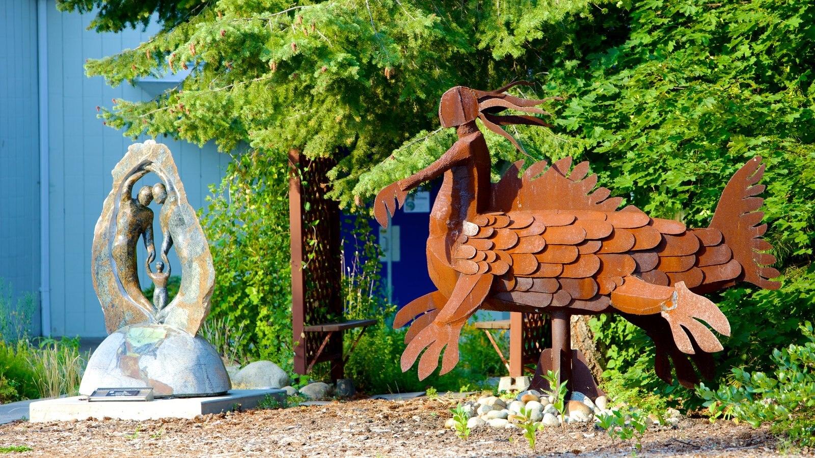 Kootenay Gallery que inclui arte ao ar livre e uma estátua ou escultura