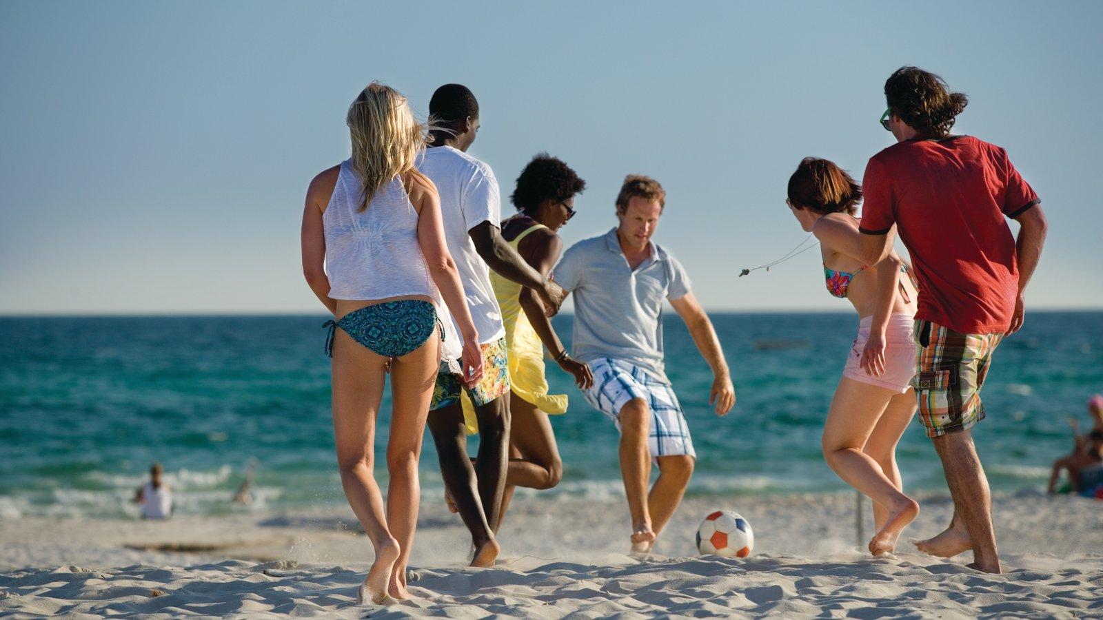 Panama City Beach caracterizando uma praia assim como um pequeno grupo de pessoas