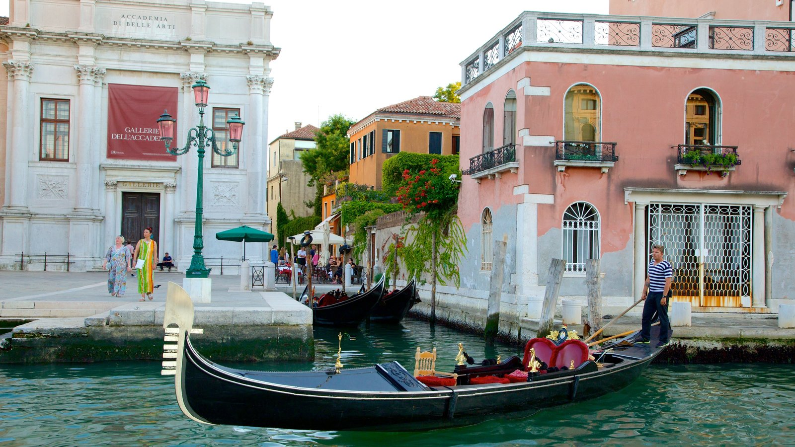 Grand Canal which includes boating and heritage architecture
