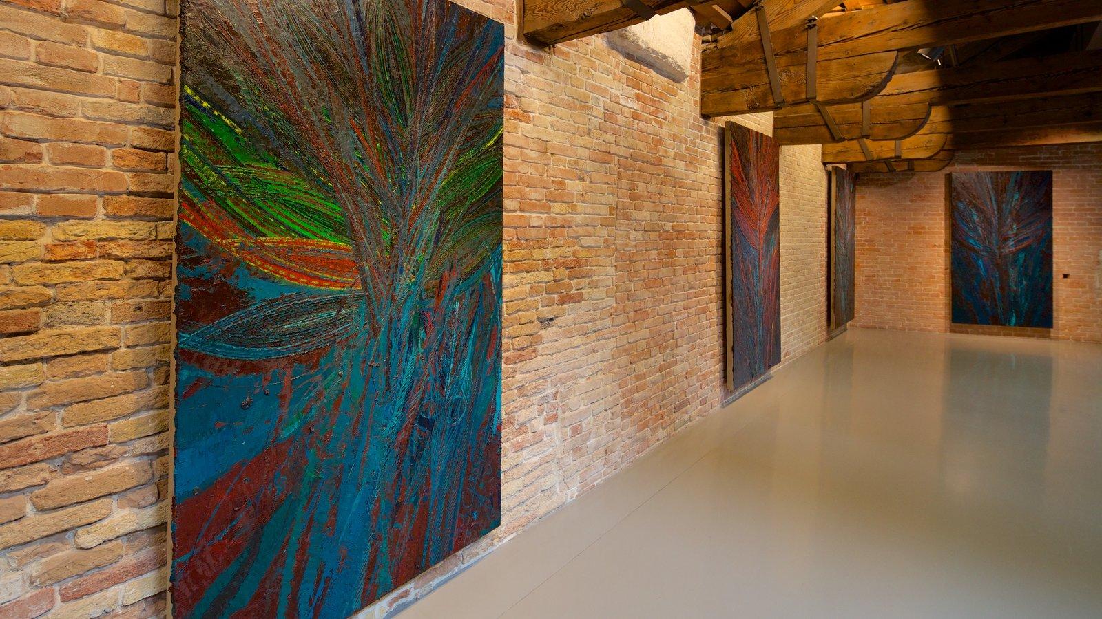 Punta della Dogana que inclui arte e vistas internas