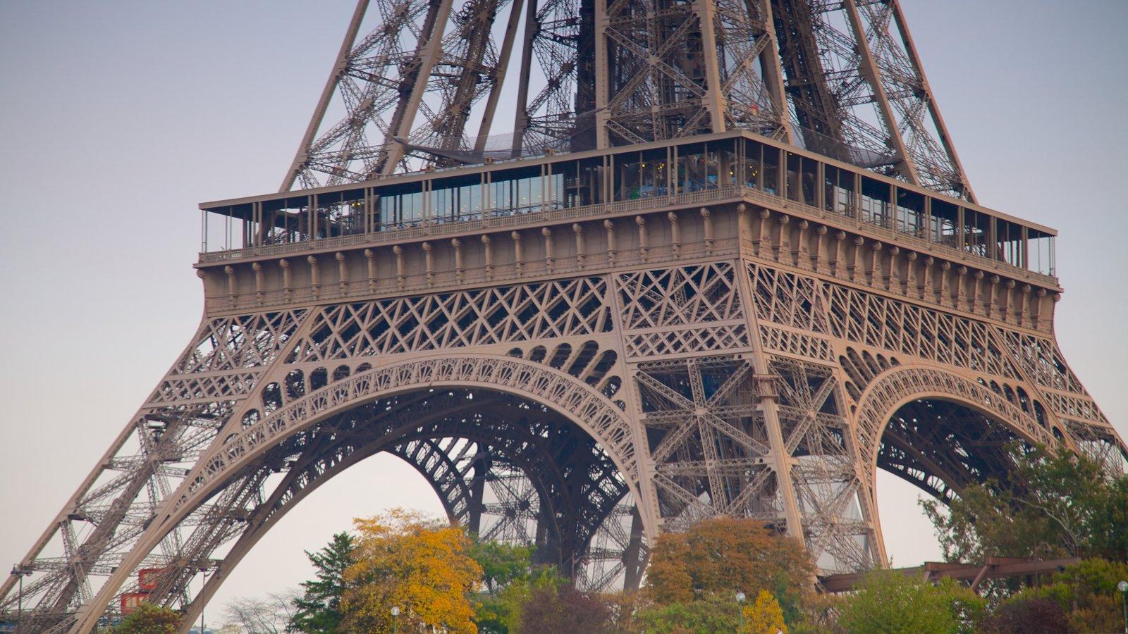 Torre Eiffel mostrando um monumento