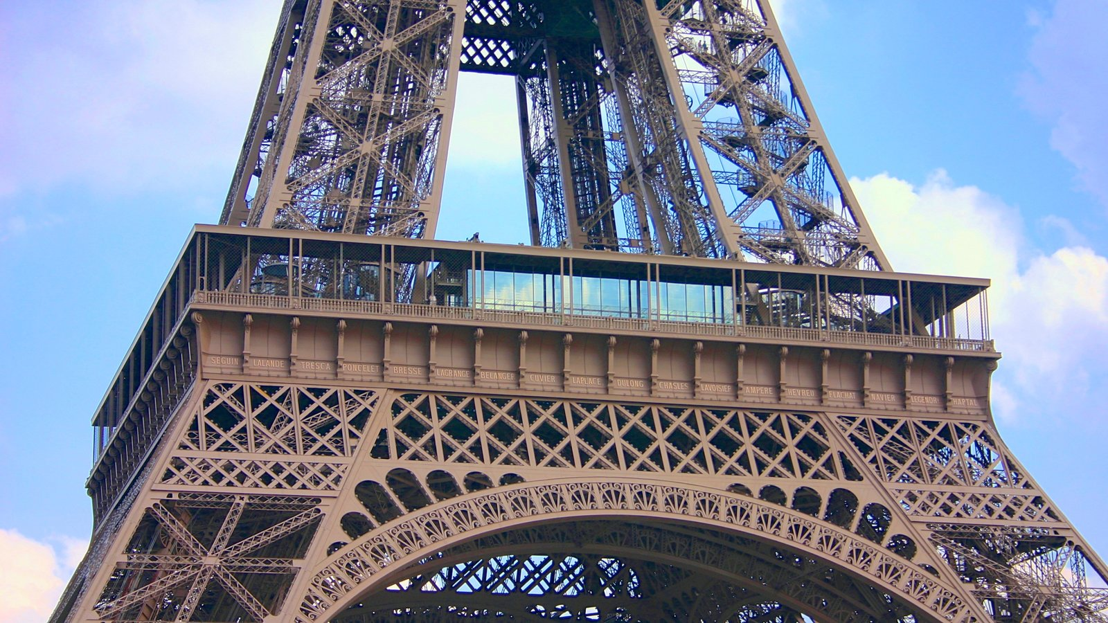 Torre Eiffel caracterizando um monumento