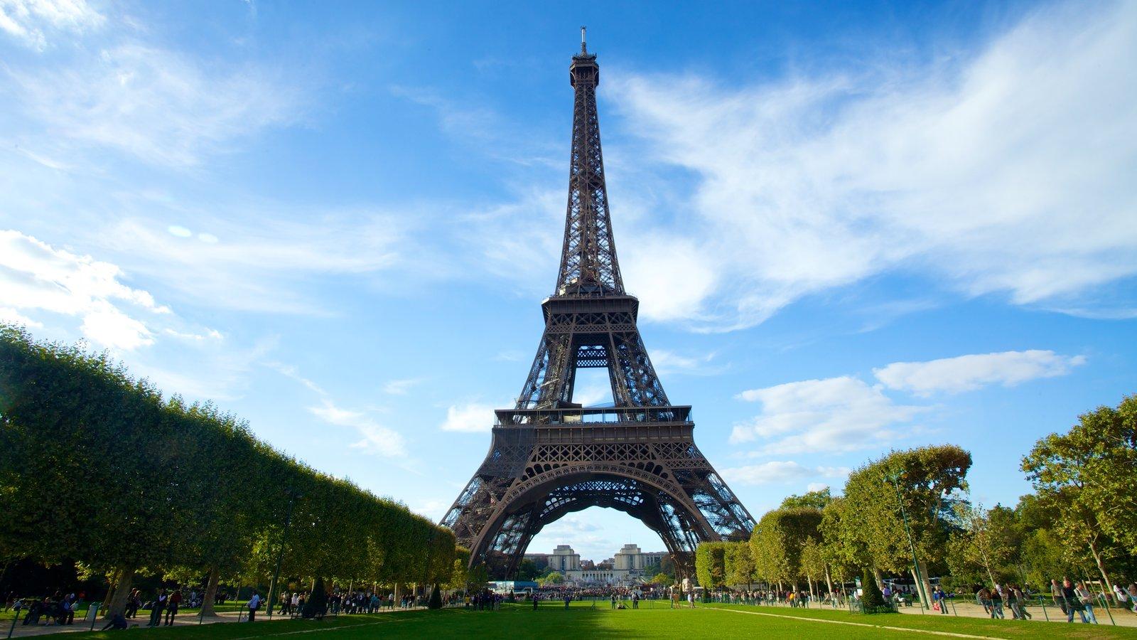 Torre Eiffel caracterizando um jardim e arquitetura de patrimônio