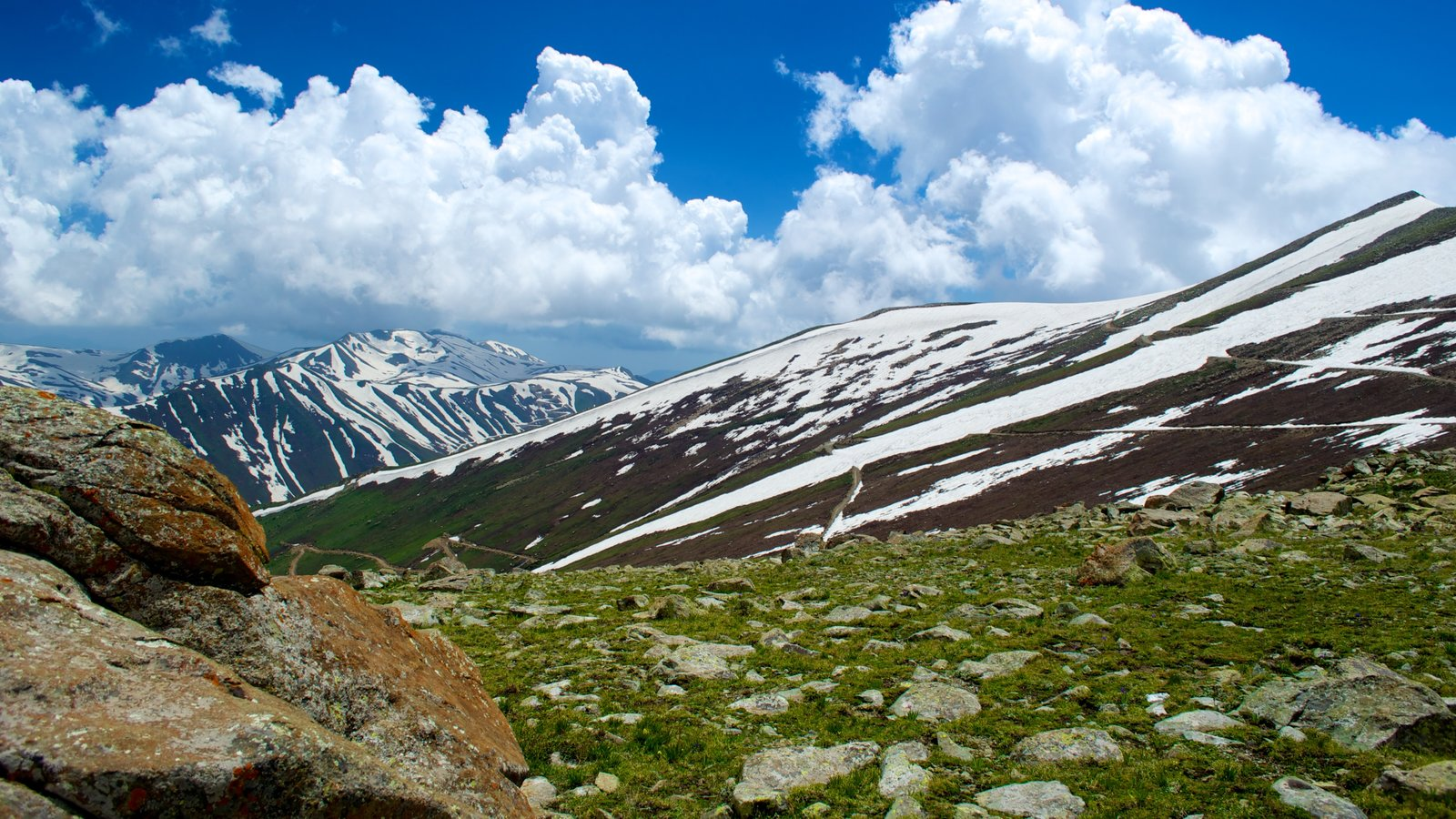 Gulmarg which includes mountains, snow and landscape views