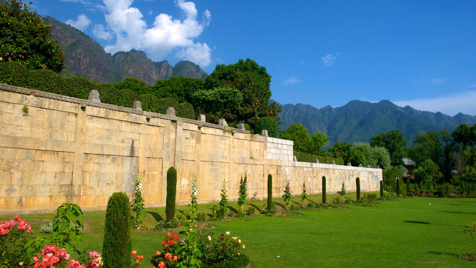 Mughal Gardens showing a park