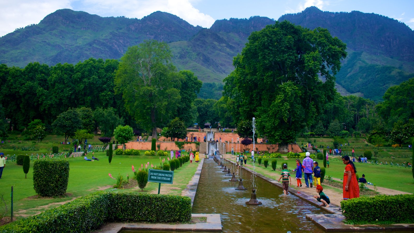 Mughal Gardens showing a fountain and a park