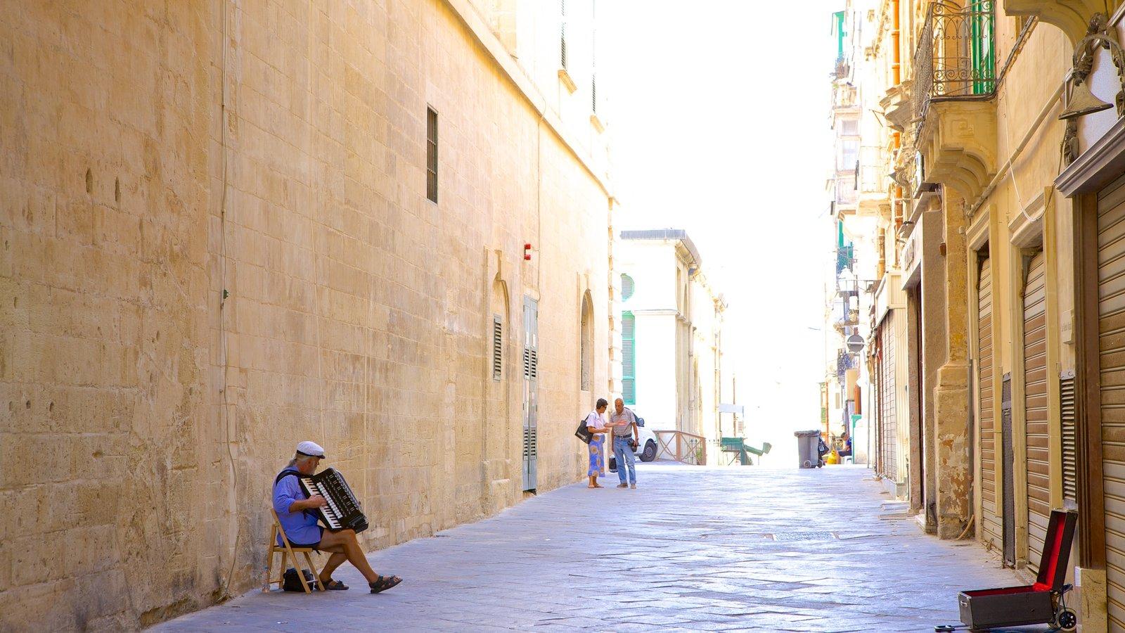 La Valeta mostrando escenas urbanas y actuación callejera