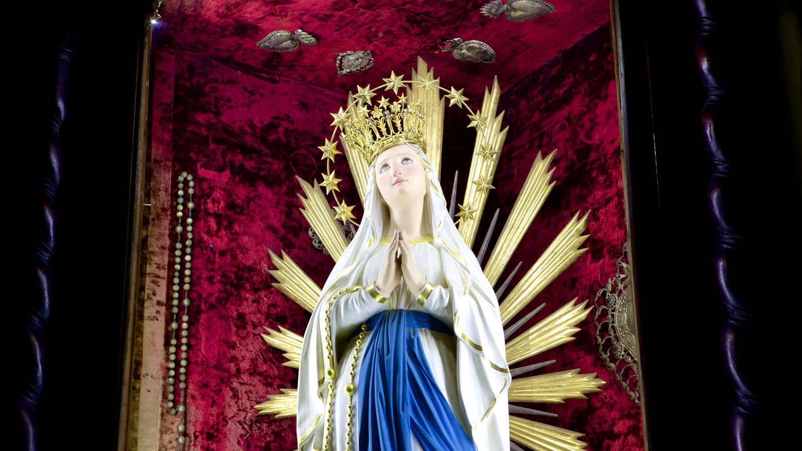La Valeta ofreciendo una estatua o escultura, una iglesia o catedral y vistas interiores