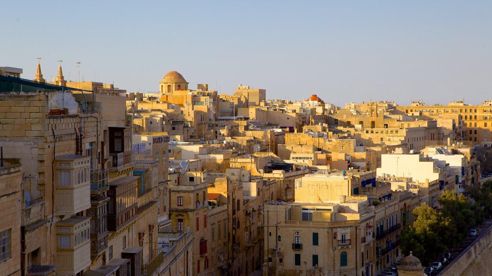 La Valeta mostrando una ciudad, una puesta de sol y patrimonio de arquitectura