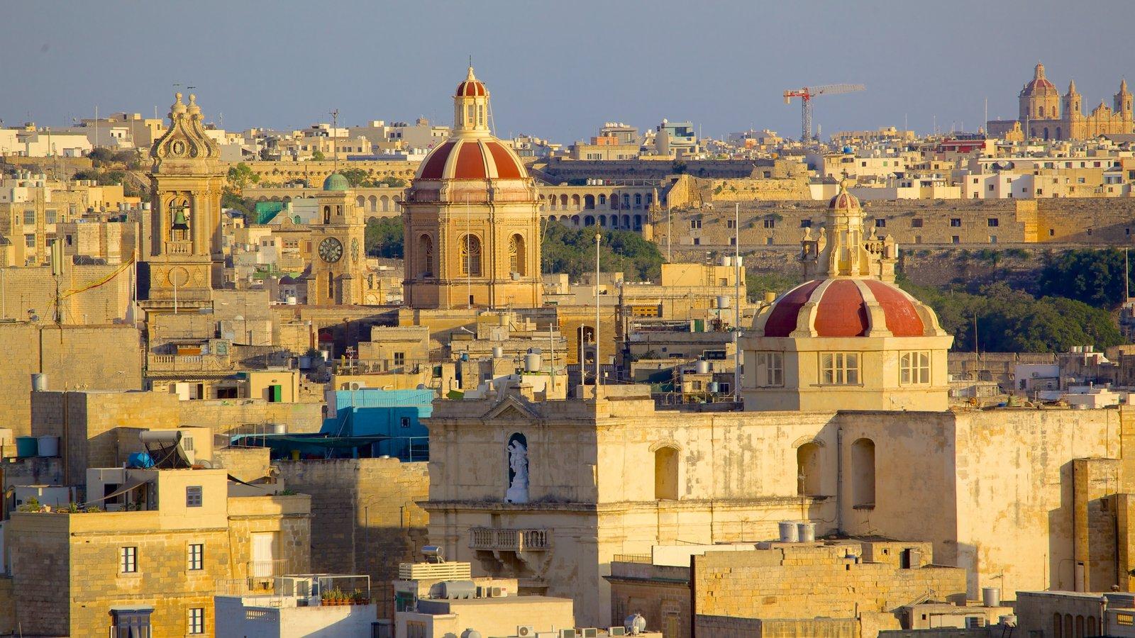 La Valeta ofreciendo una puesta de sol, una ciudad y patrimonio de arquitectura