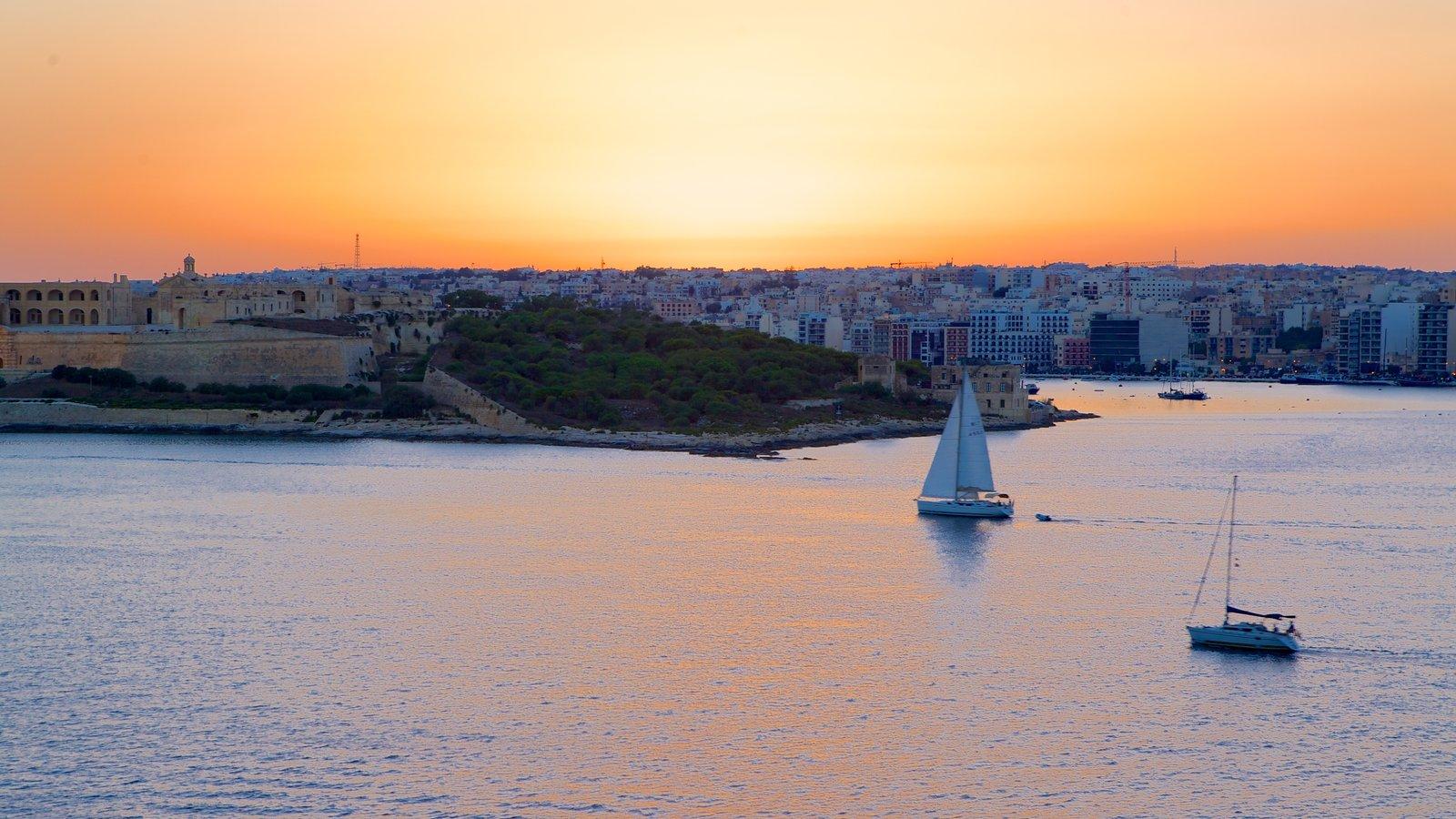 La Valeta ofreciendo una puesta de sol y una ciudad costera