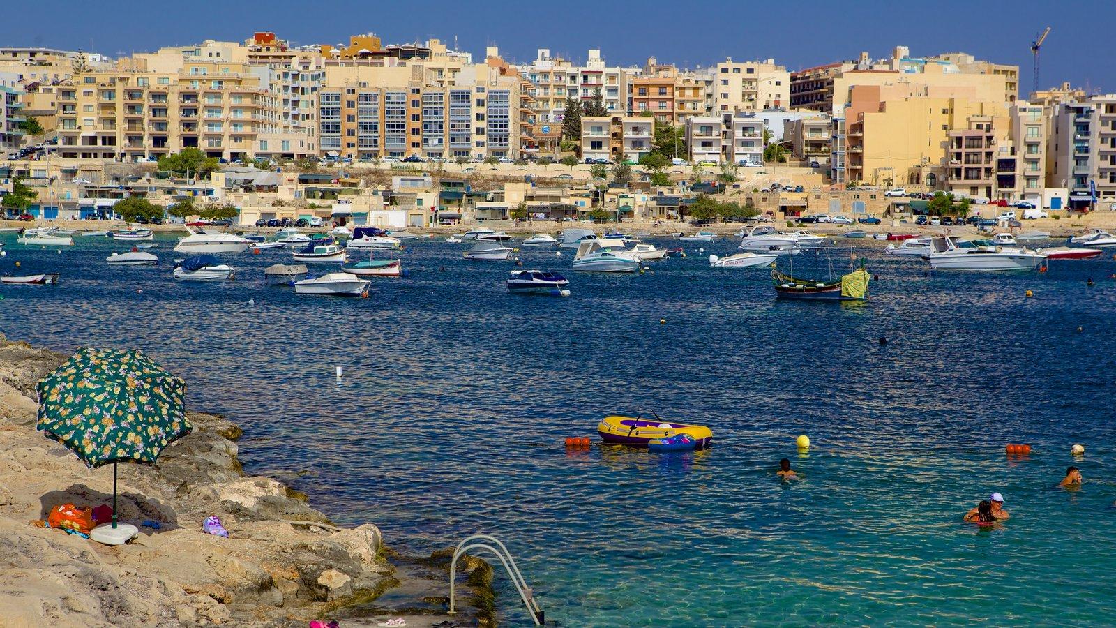 Qawra ofreciendo una bahía o puerto y una ciudad costera