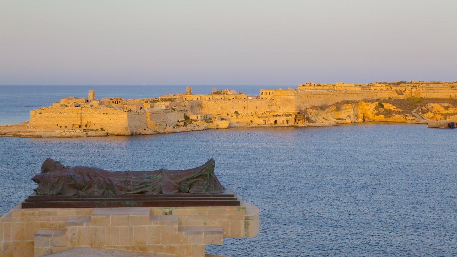 Grand Harbour mostrando una puesta de sol, una ciudad costera y una bahía o puerto