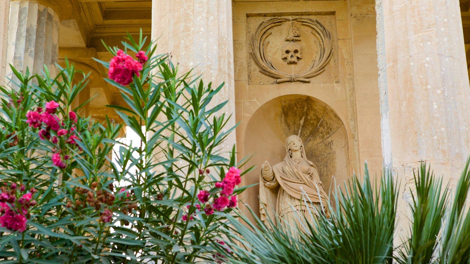 Jardins Inferiores de Barrakka caracterizando arquitetura de patrimônio, uma estátua ou escultura e um jardim