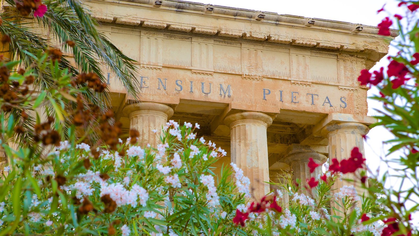 Jardins Inferiores de Barrakka caracterizando arquitetura de patrimônio e flores