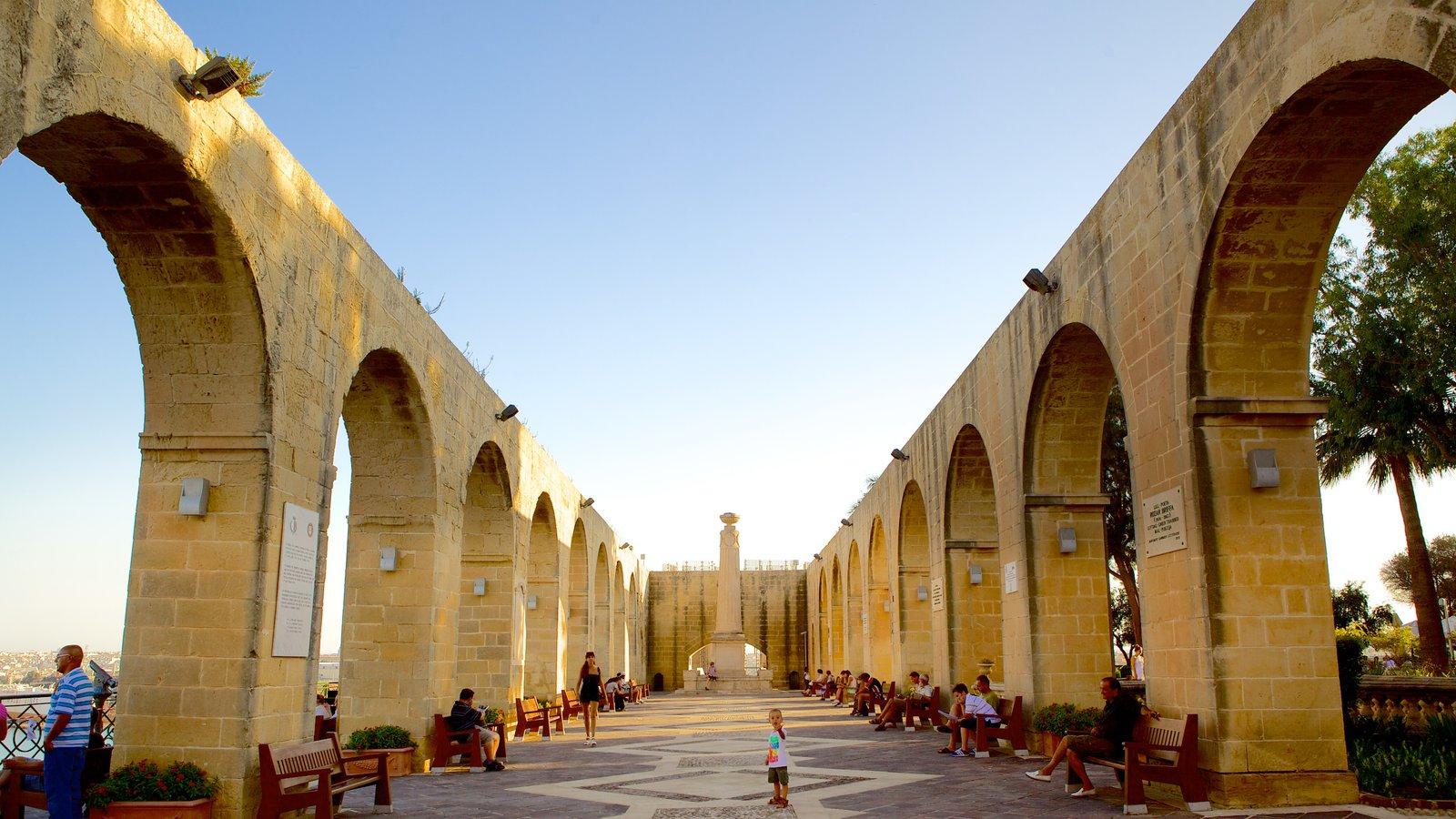 Jardins Superiores de Barrakka que inclui arquitetura de patrimônio e um monumento