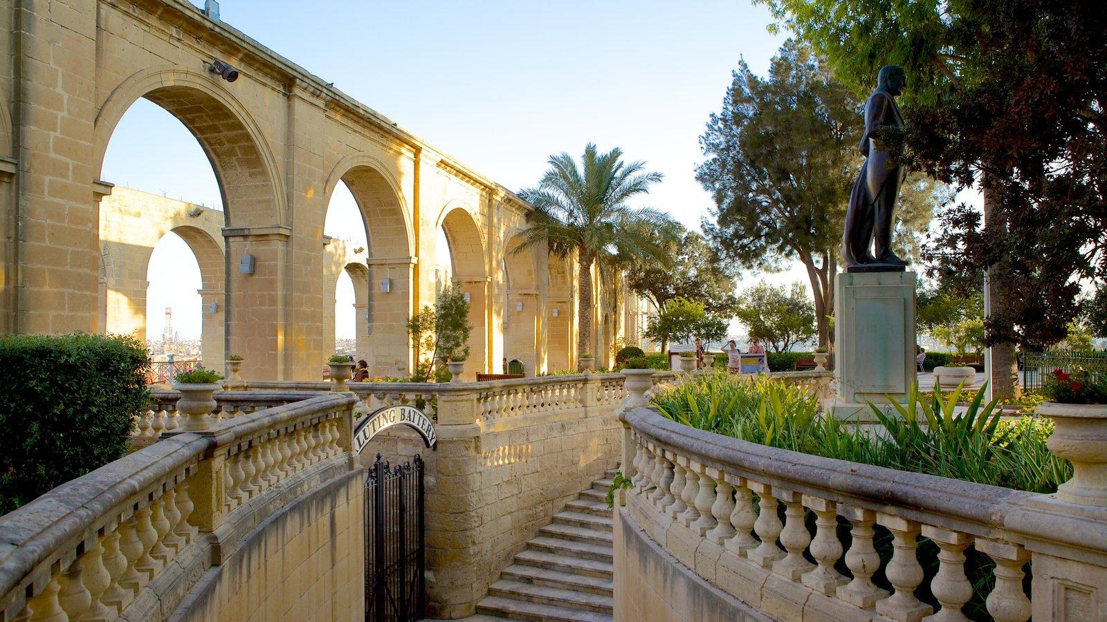 Jardins Superiores de Barrakka mostrando um parque e arquitetura de patrimônio