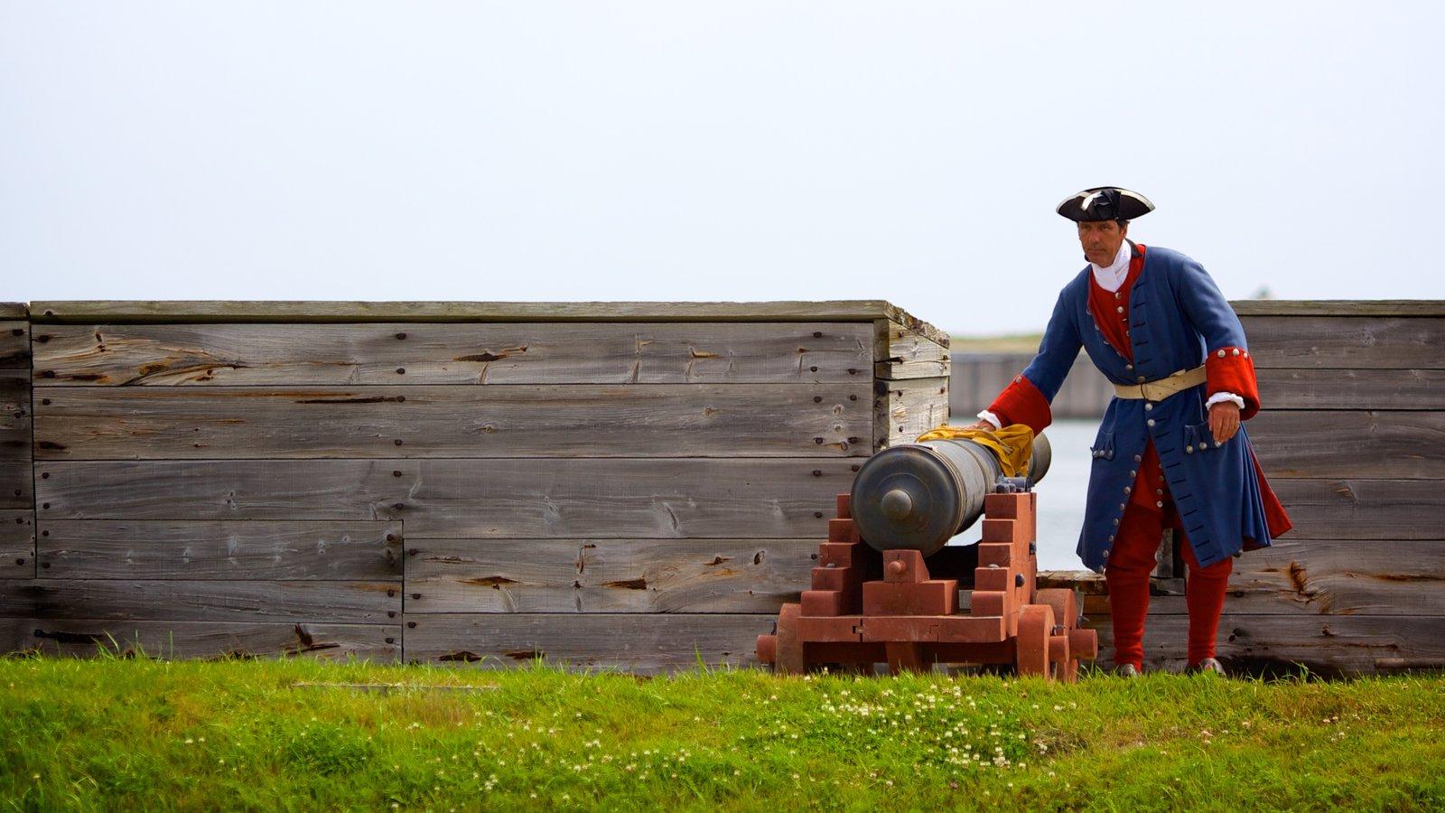 Fortress Louisbourg National Historic Site mostrando itens militares e uma estátua ou escultura