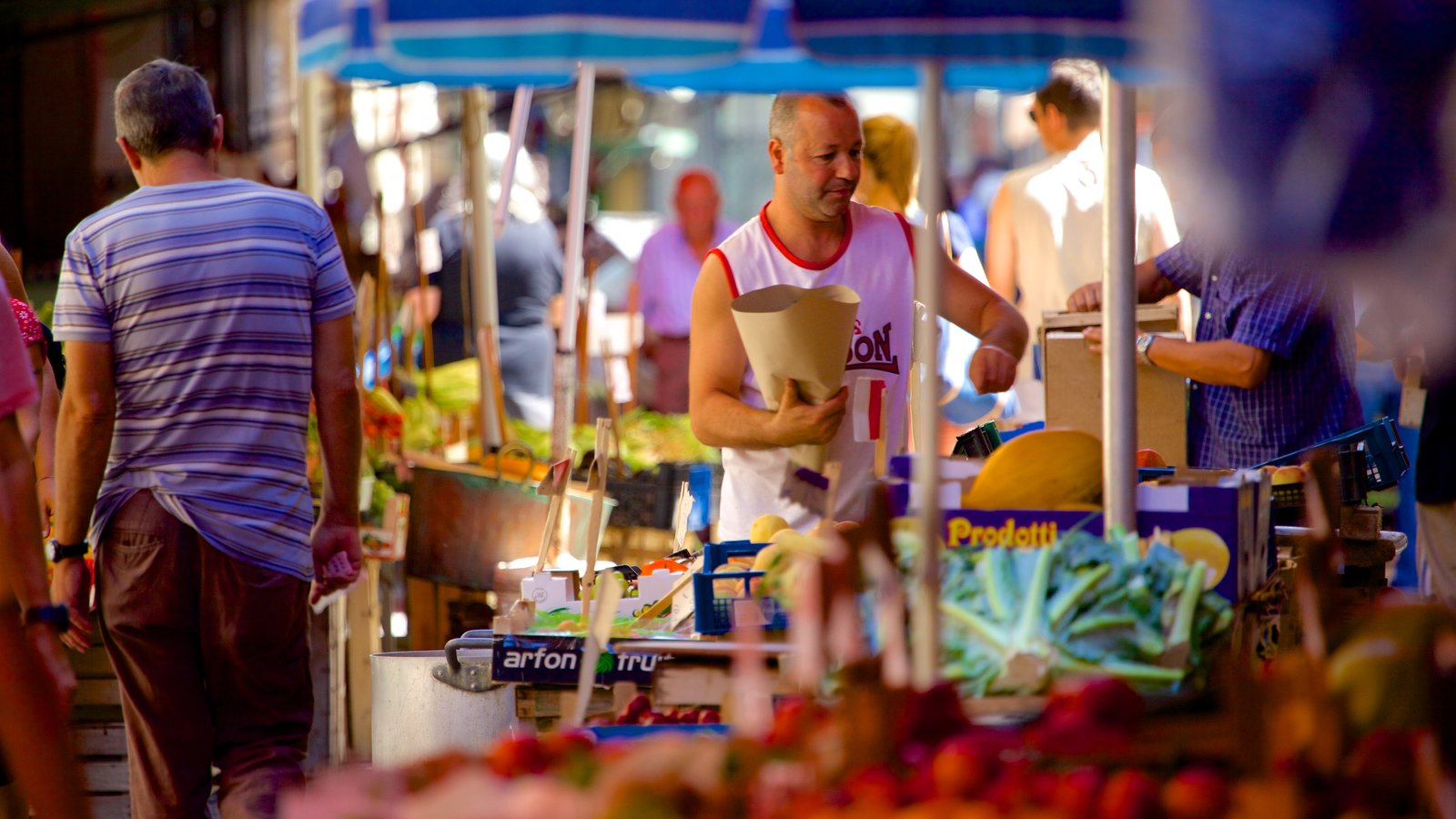 Il Capo Market which includes street scenes