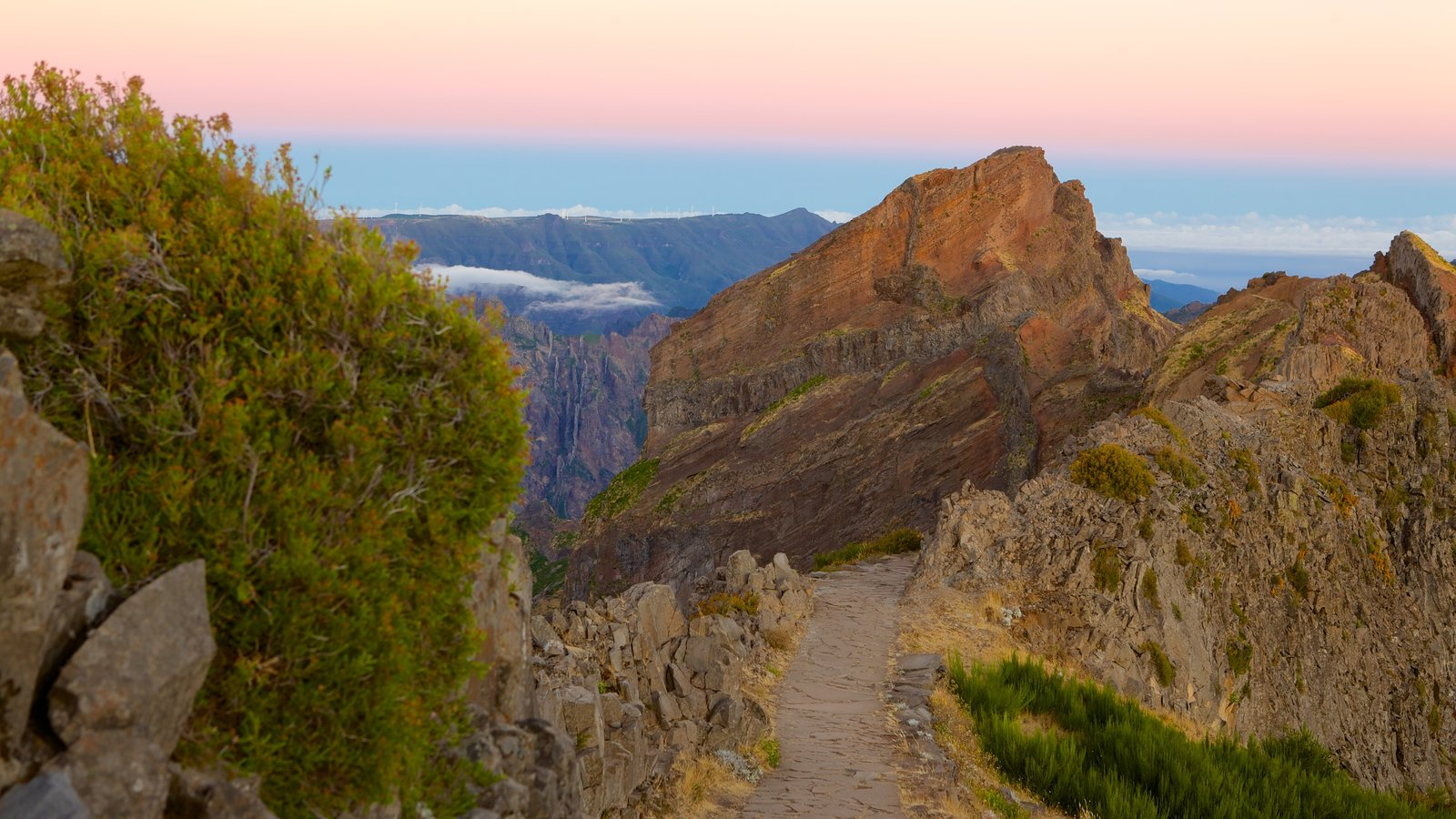 Pico do Ariero showing a sunset and mountains