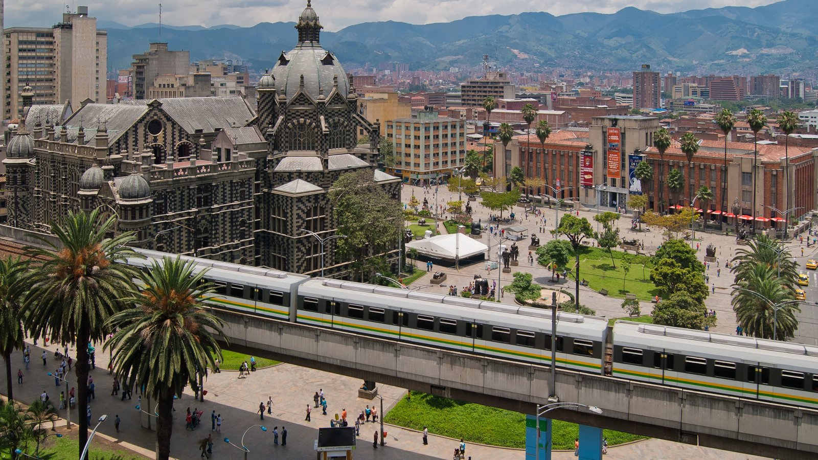 Medellín que inclui itens de ferrovia, arquitetura de patrimônio e uma cidade