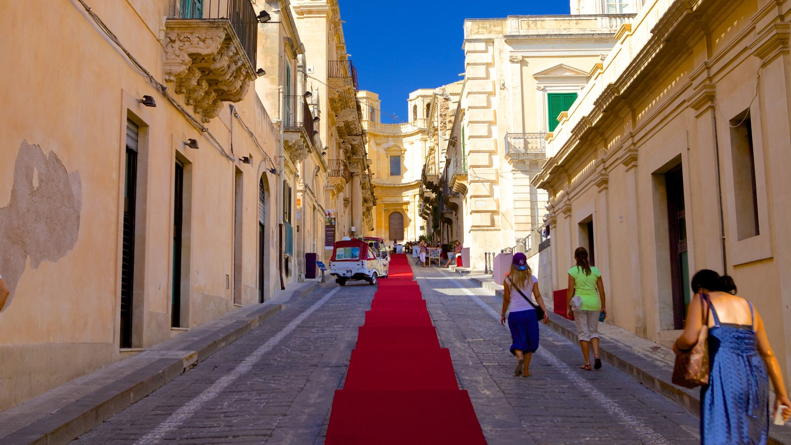 Noto showing street scenes and heritage architecture as well as a small group of people