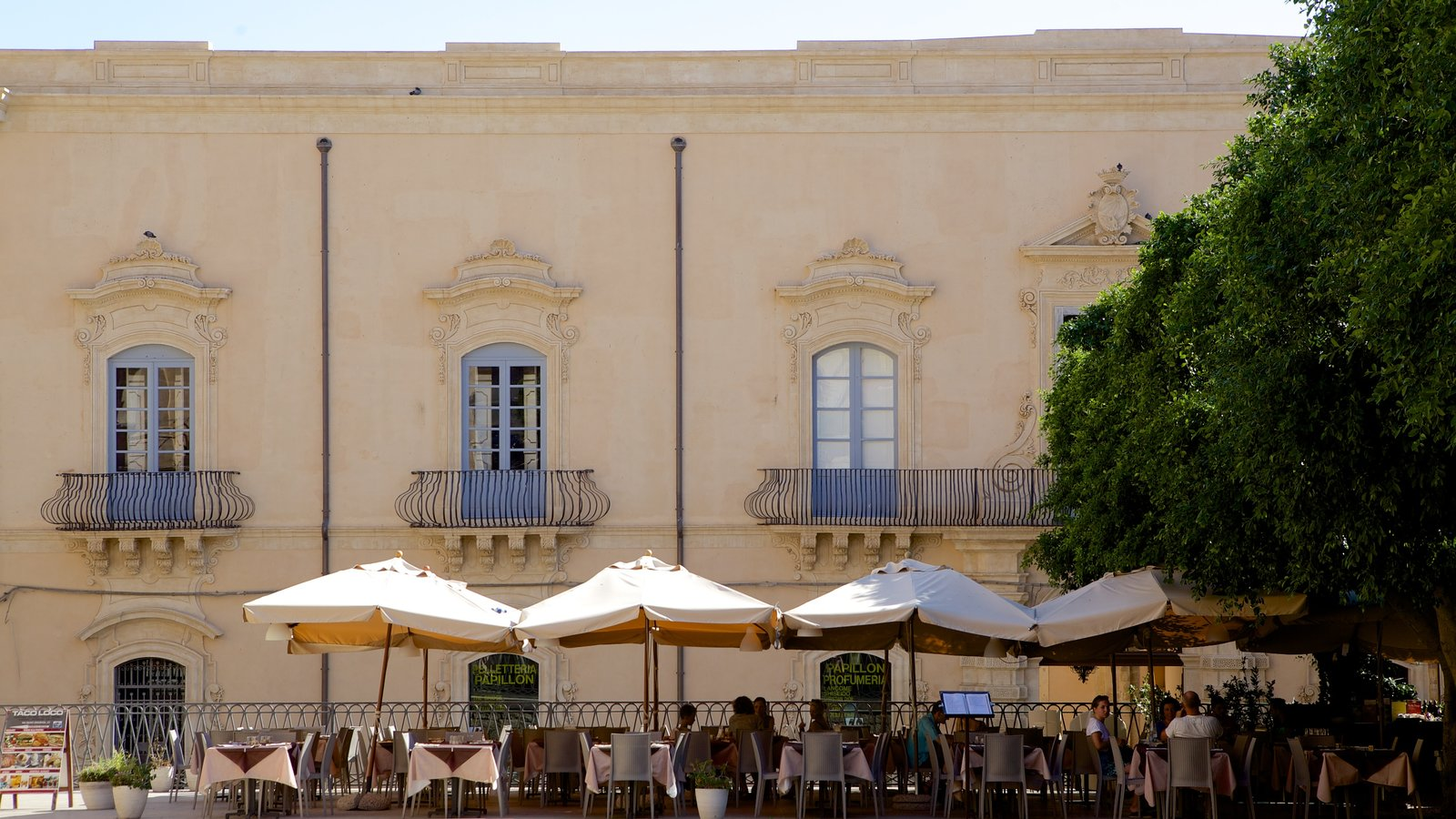 Noto showing outdoor eating, cafe lifestyle and street scenes