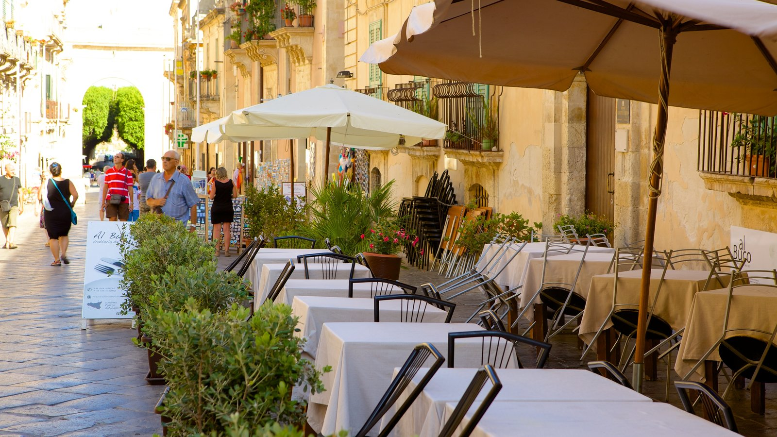 Noto showing outdoor eating, cafe scenes and street scenes