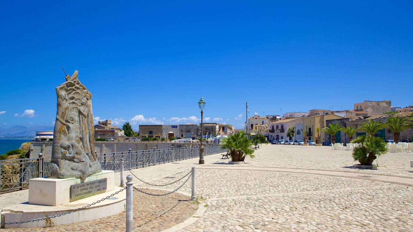 Castellammare del Golfo mostrando cenas de rua e uma estátua ou escultura