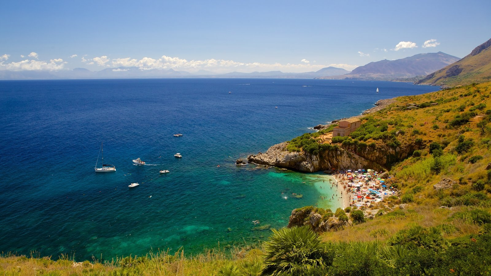 Praia do Zingaro caracterizando paisagem, litoral acidentado e uma baía ou porto