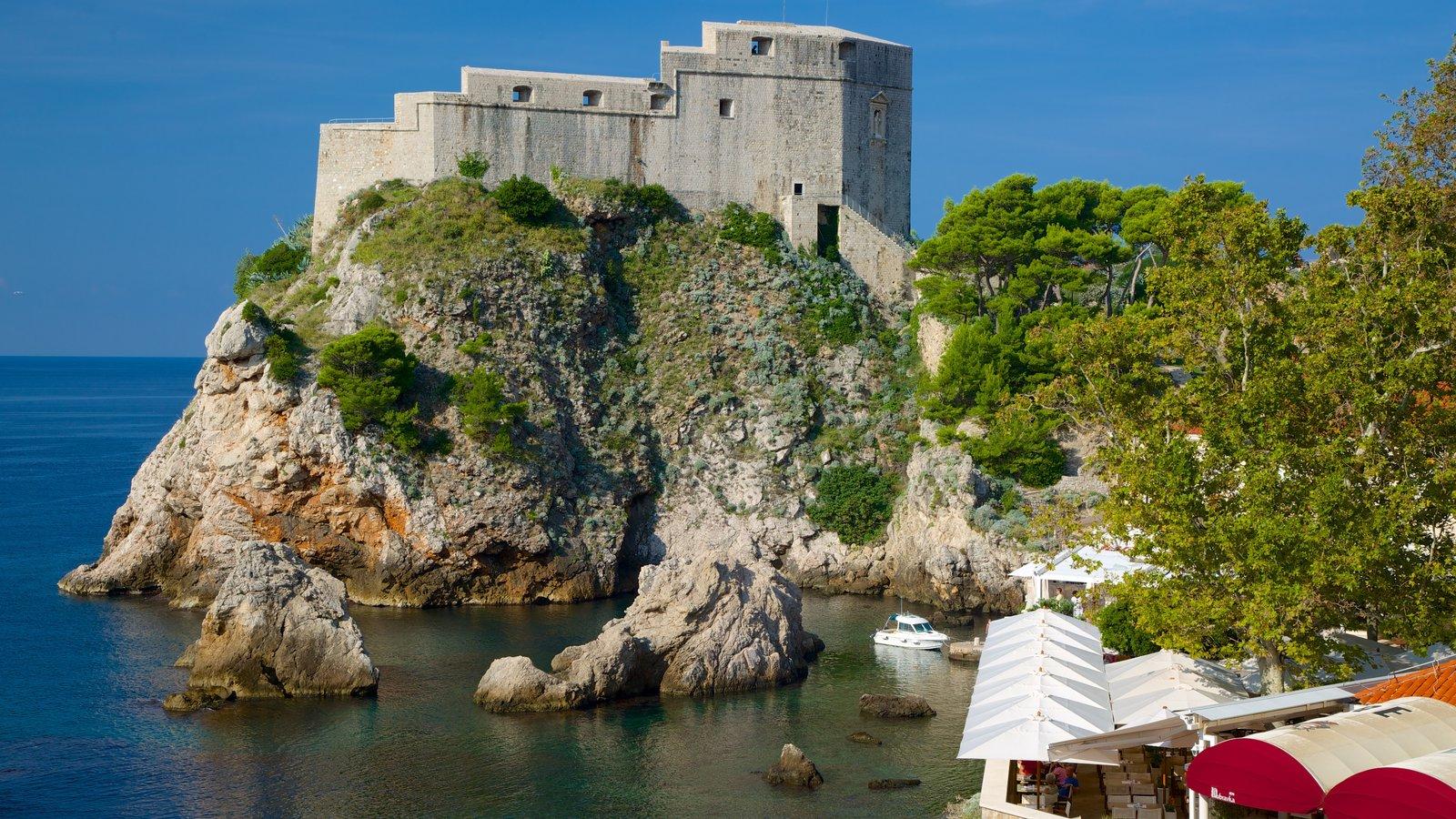 Fortaleza de Lovrijenac mostrando elementos de patrimônio e paisagens litorâneas