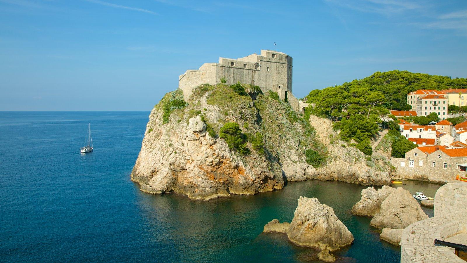 Fortaleza de Lovrijenac mostrando paisagens litorâneas e elementos de patrimônio