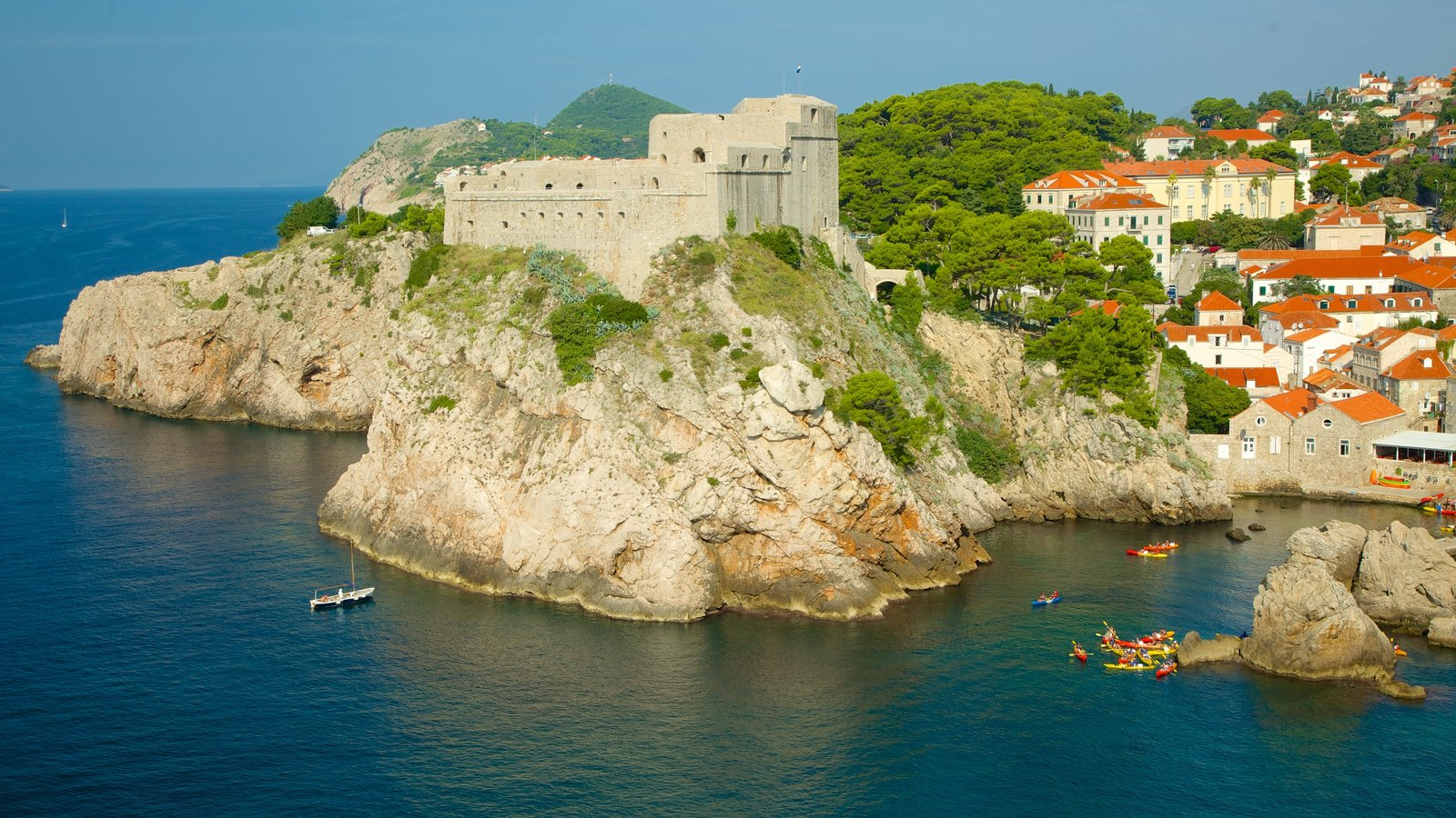 Fortaleza de Lovrijenac que inclui elementos de patrimônio, paisagens litorâneas e uma cidade litorânea