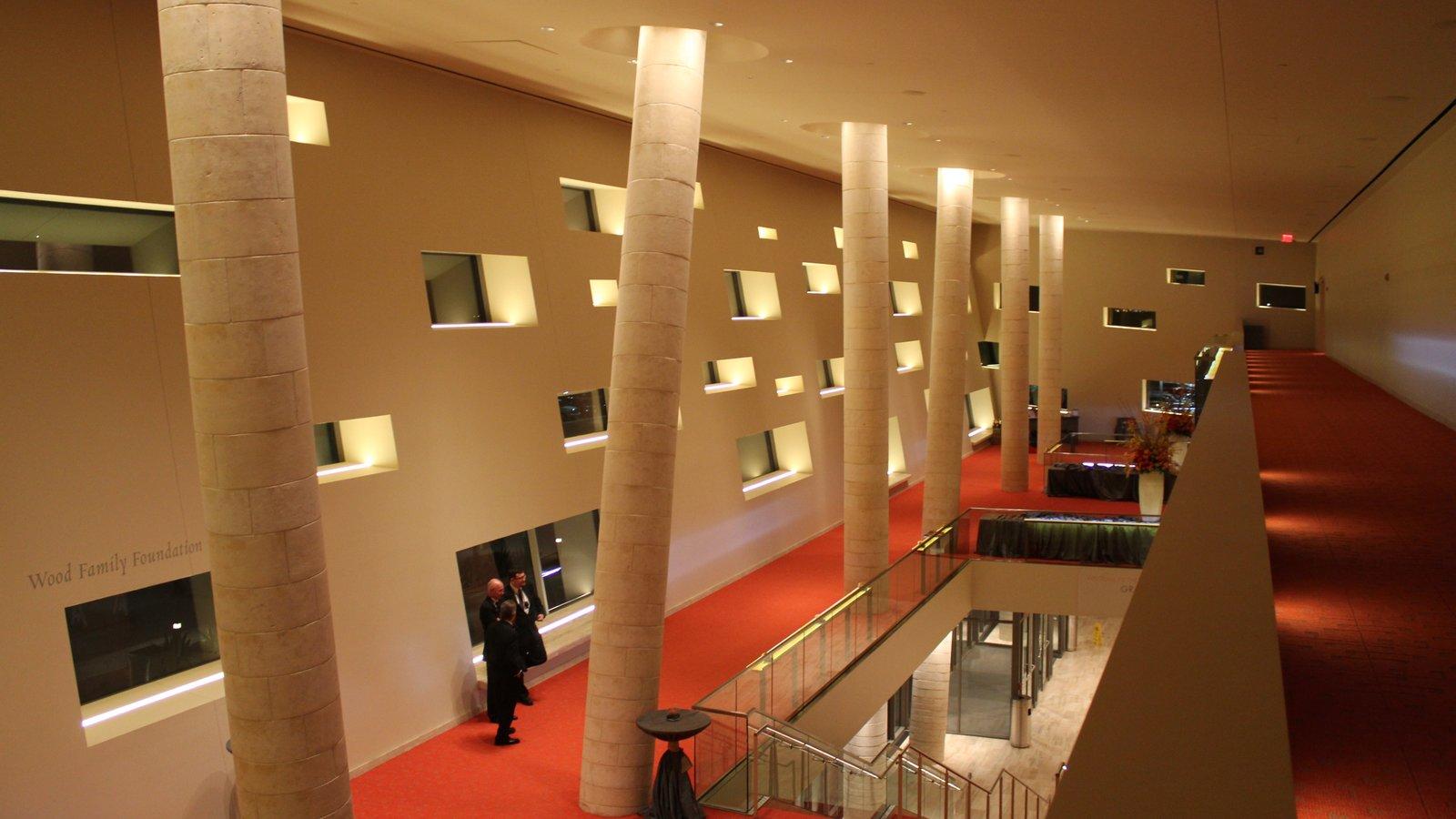 Midland mostrando vistas internas, cenas de teatro e arquitetura moderna