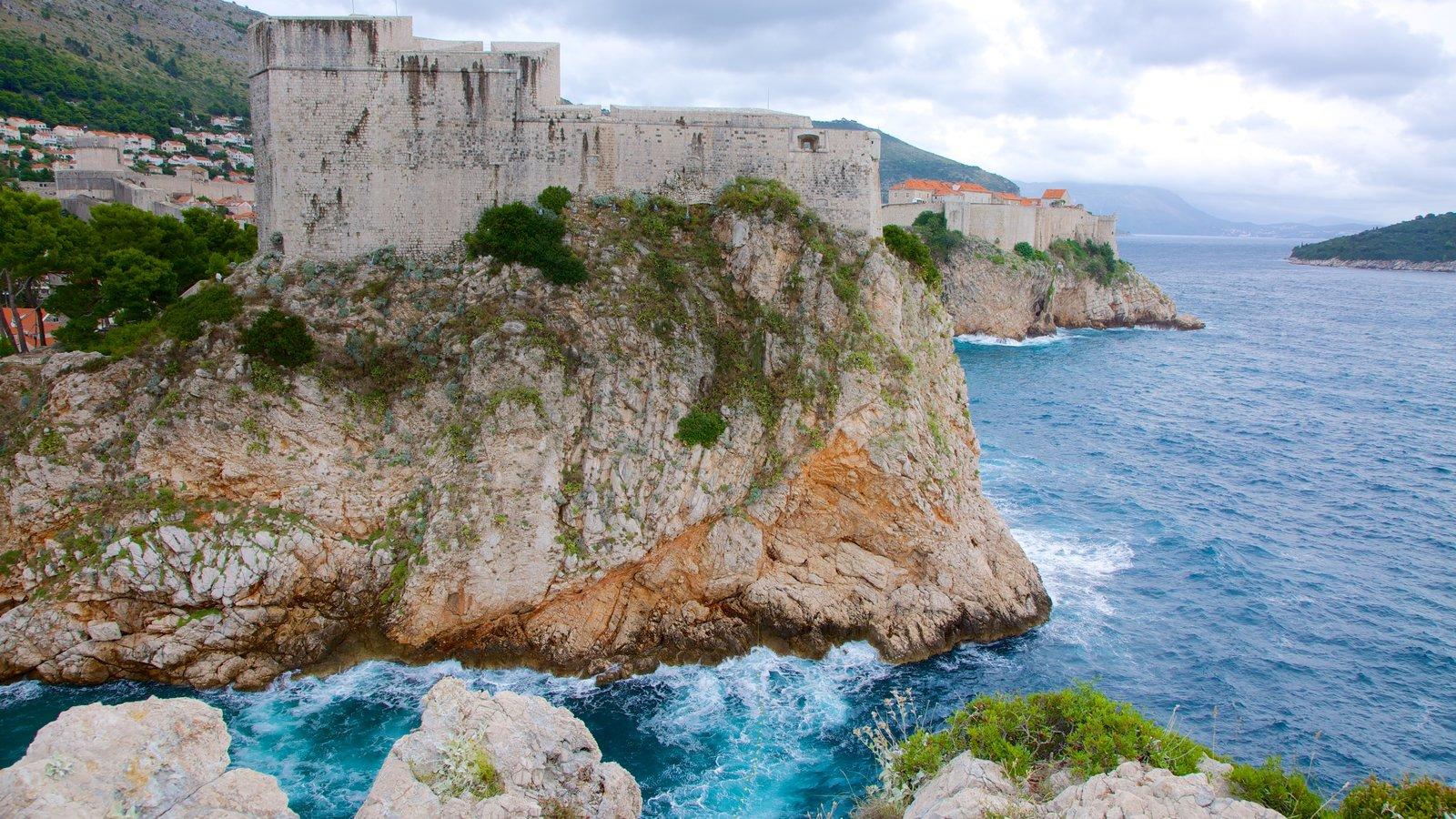 Fortaleza de Lovrijenac caracterizando litoral rochoso, paisagens litorâneas e uma ruína