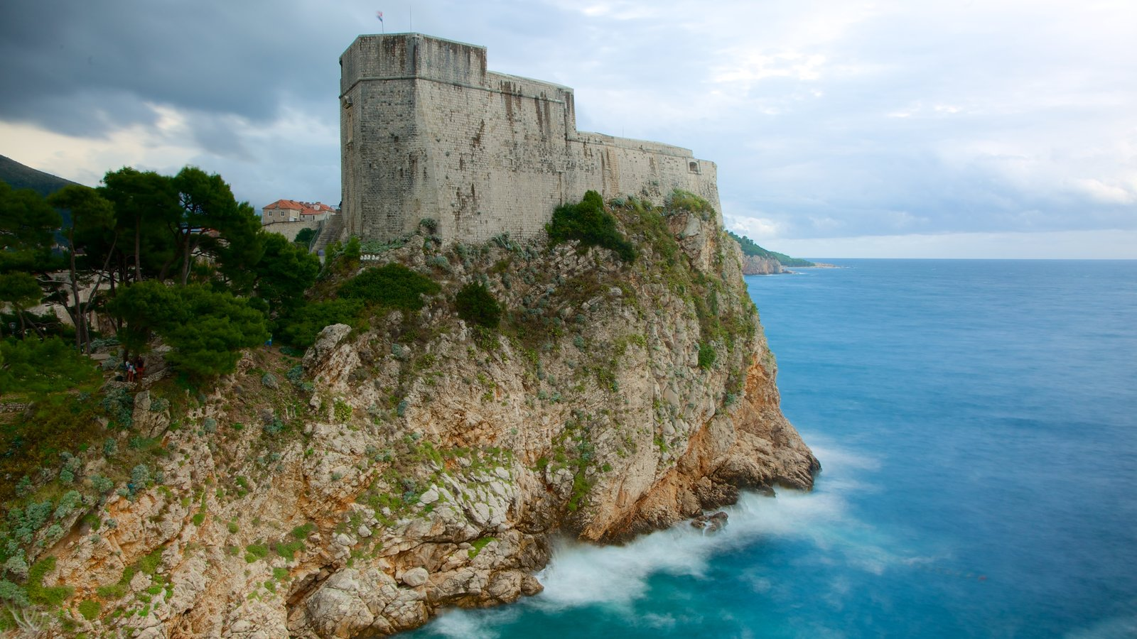 Fortaleza de Lovrijenac que inclui um castelo e litoral acidentado