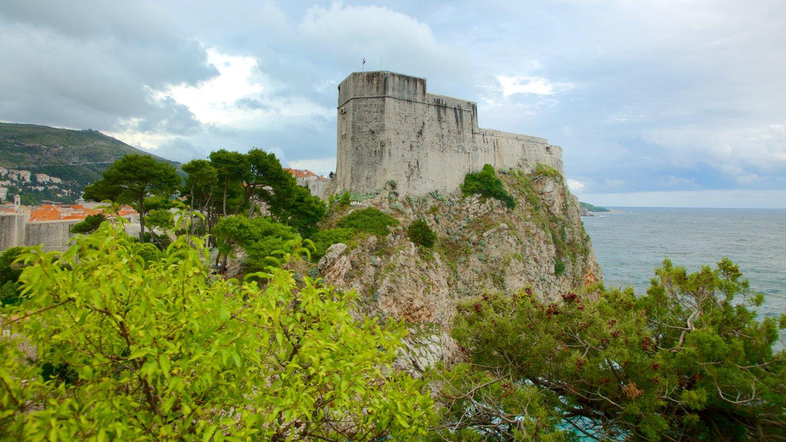 Fortaleza de Lovrijenac que inclui paisagens litorâneas, elementos de patrimônio e uma ruína
