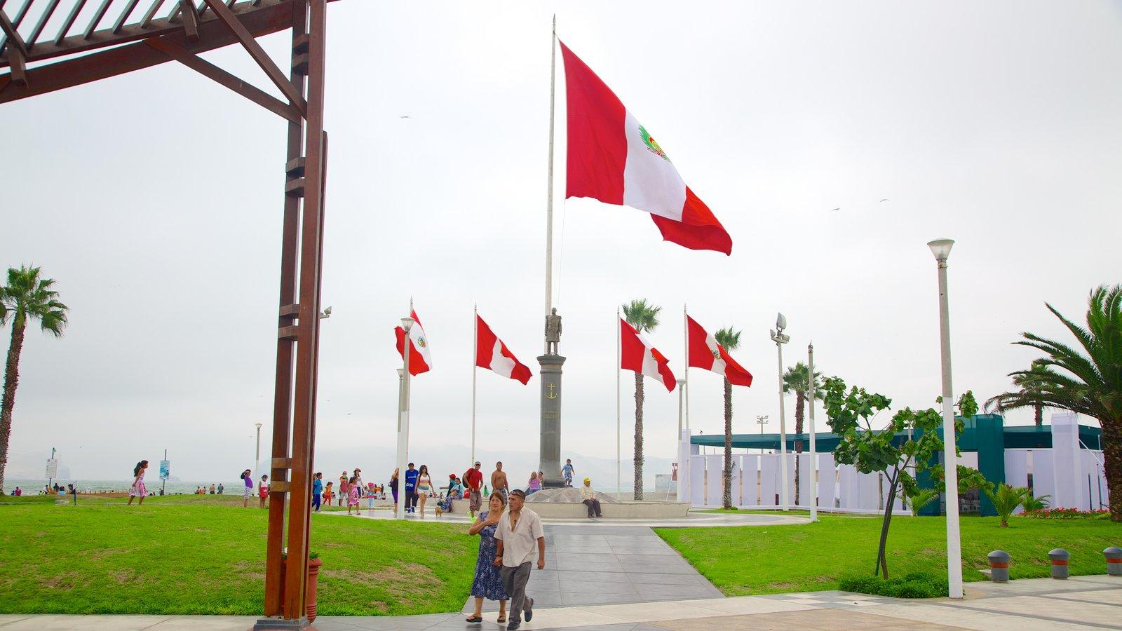 Punta Hermosa que inclui um memorial assim como um grande grupo de pessoas