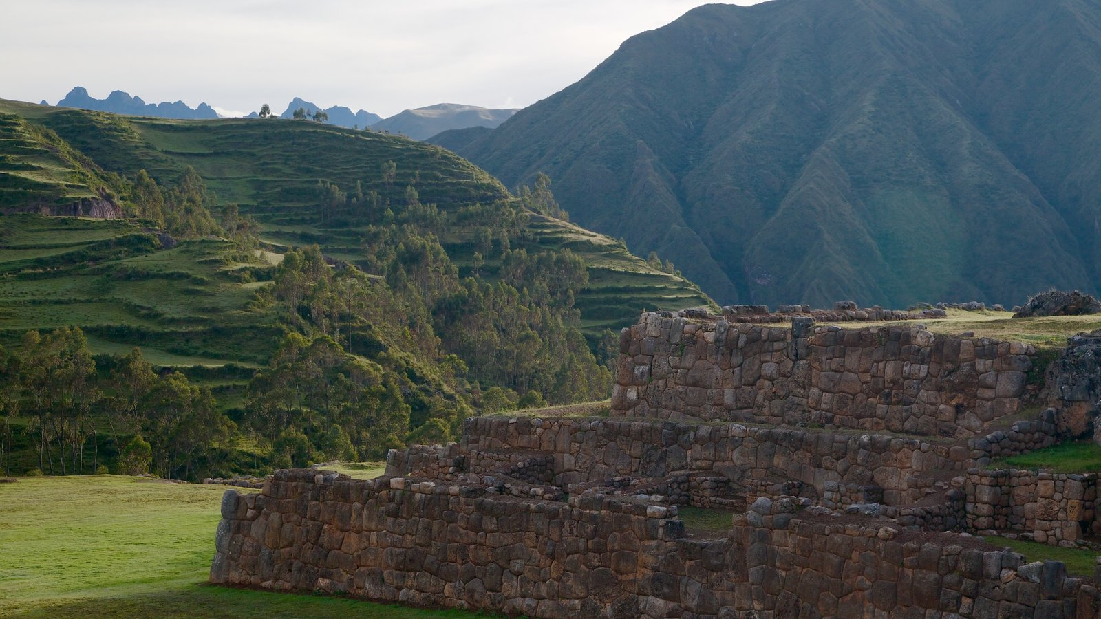 Chincheros showing heritage elements, mountains and landscape views