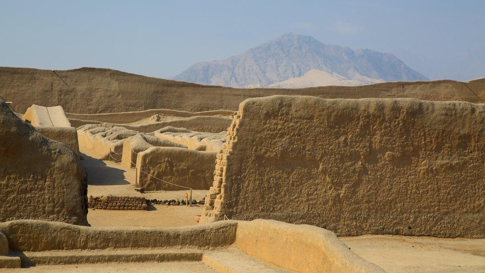 Chan Chan caracterizando elementos de patrimônio, paisagens do deserto e ruínas de edifício