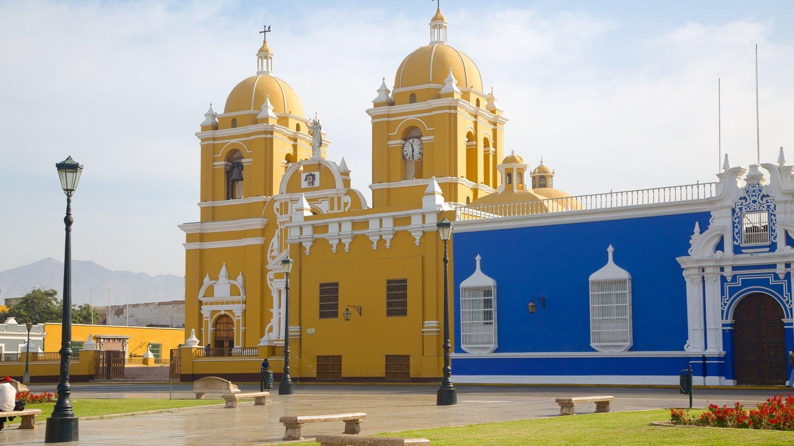 Catedral de Trujillo mostrando uma igreja ou catedral
