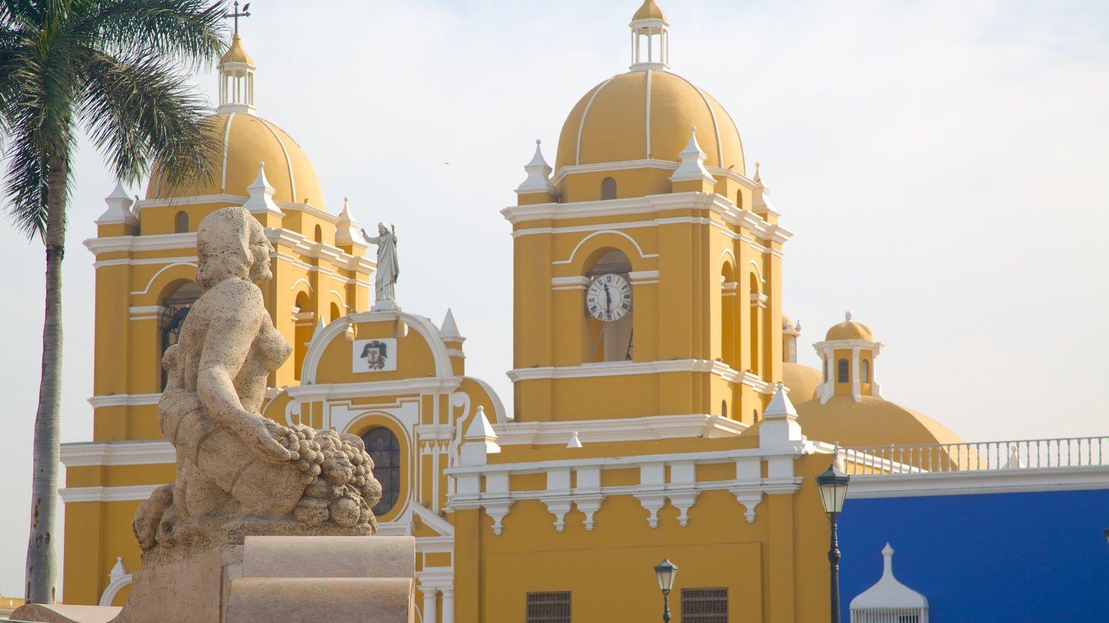 Catedral de Trujillo que inclui uma igreja ou catedral e uma estátua ou escultura