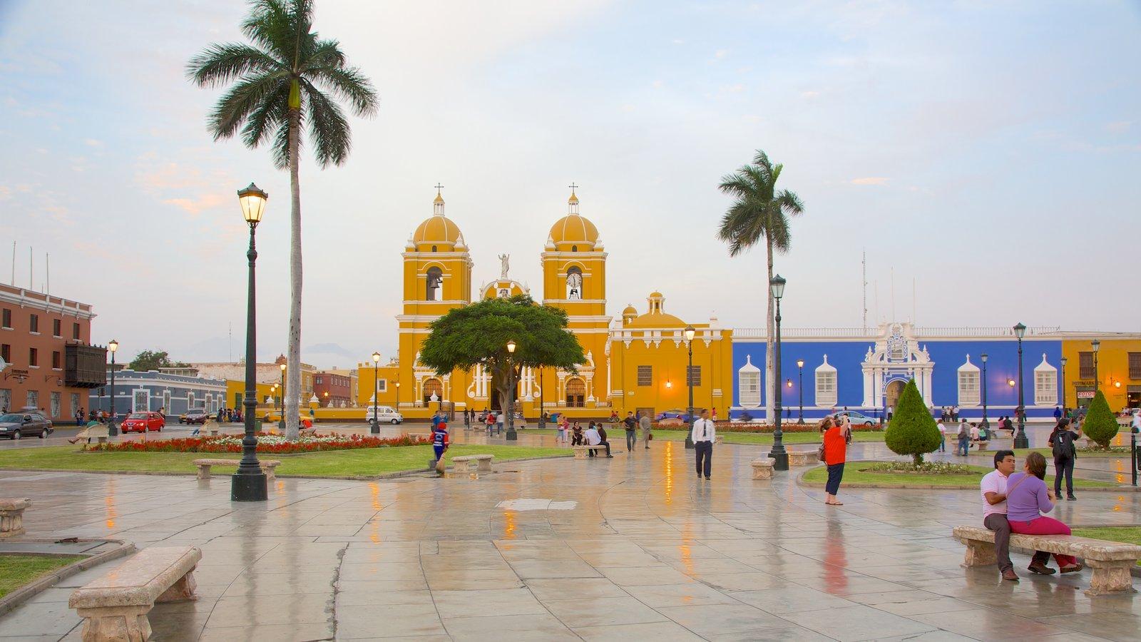 Catedral de Trujillo que inclui uma igreja ou catedral e uma praça ou plaza assim como um pequeno grupo de pessoas