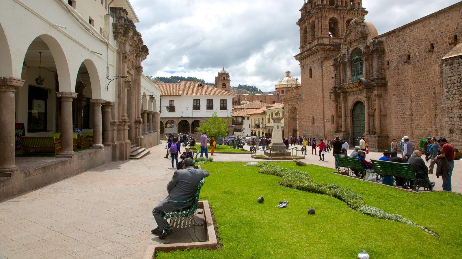Iglesia de la Merced caracterizando uma igreja ou catedral assim como um pequeno grupo de pessoas