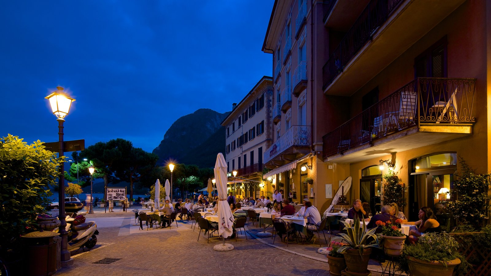 Menaggio showing nightlife, outdoor eating and dining out